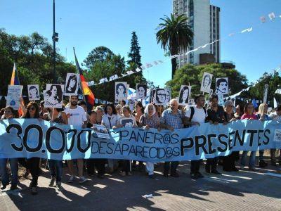"""Marcha a los cuarenta años del golpe: """"Ayer subversivos, hoy ñoquis, grasa militante, curro"""""""