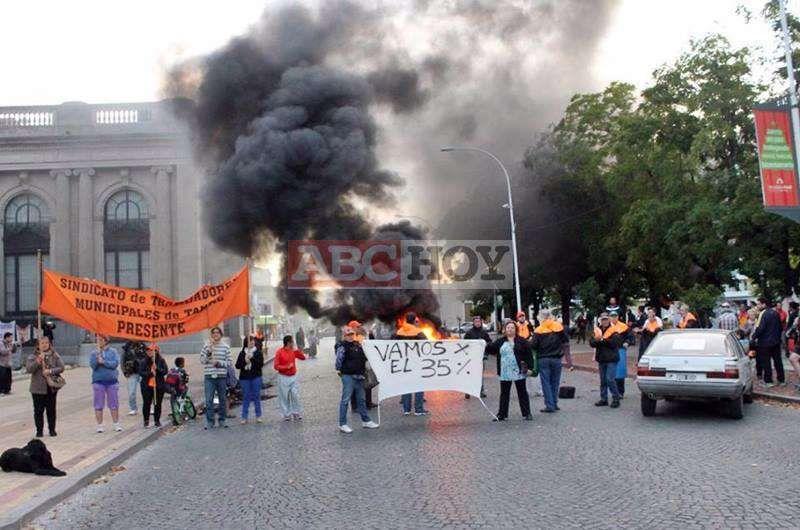 Los municipales quemaron gomas, se cruzaron con Lunghi y levantaron el acampe