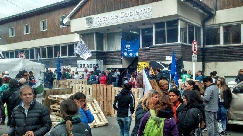 Tierra del Fuego: estatales levantaron el corte, pero aún bloquean acceso a la casa de gobierno