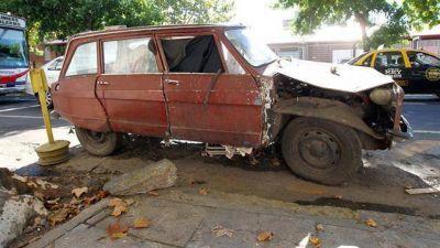 Mucho tiempo y dinero para retirar los autos abandonados