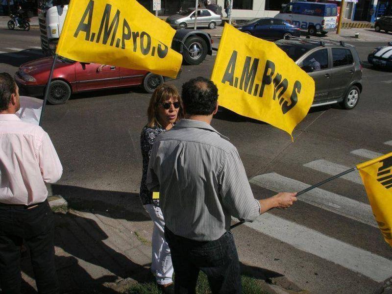 Ampros presiona para que Cornejo llame a paritarias