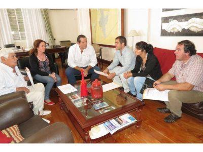El Intendente Camilo Etchevarren entregó Bienes de Familia