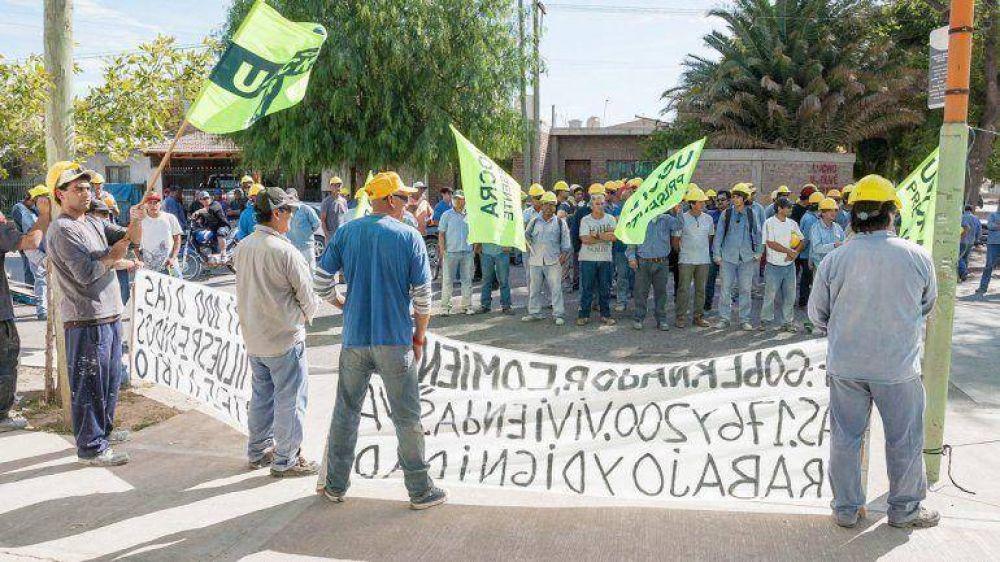 Por falta de obras, albañiles amenazan con cortar rutas