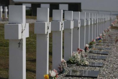 """Mons. Uriona en un acto por Malvinas: """"Nunca más la guerra que todo lo destruye"""""""