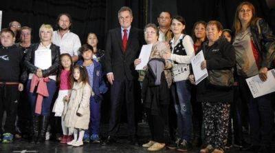 Gay encabezó el acto de entrega de escrituras a 629 familias bahienses