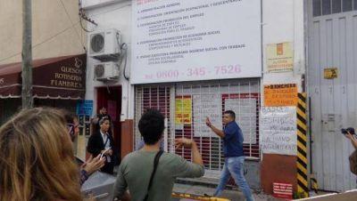 Trabajadores echados por el macrismo local protestaron frente a la Oficina de Empleo