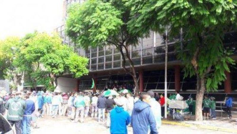 Esteban Echeverría: Recolectores de residuos acampan frente al Municipio