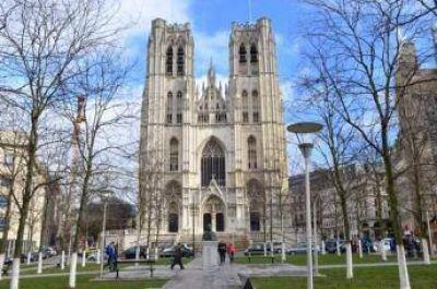 Musulmanes participan de una oración interreligiosa en la Catedral de Bruselas