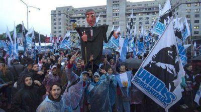 La C�mpora, ex funcionarios y ultrakirchneristas, afuera de Comodoro Py para apoyar a Cristina Kirchner