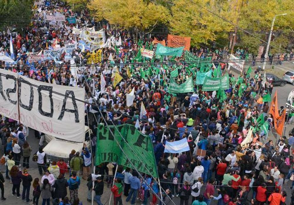 Impactante marcha multisectorial en Río Gallegos. Entre 8 y 10 mil personas le pasaron un aviso a la gobernadora