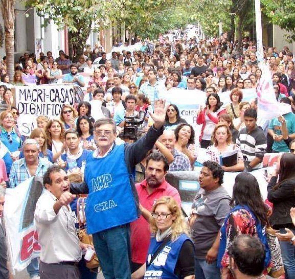 Gobierno convoca a gremios docentes que ya confirmaron paros