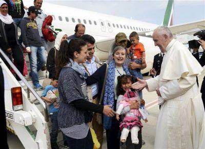 Más que un gesto: el Papa lleva al Vaticano a 12 refugiados de Lesbos