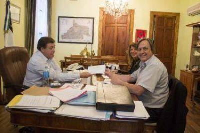 Weretilneck entregó aporte de $250.000 para viviendas en Catriel