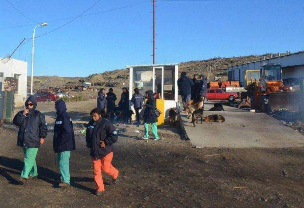 Ahora, los obreros de la Fundación Sustentable bloquearon acceso al basural