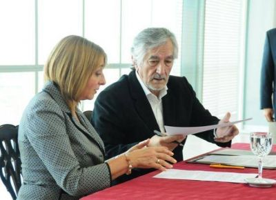 Gils Carb� visit� la provincia y firm� convenios de cooperaci�n