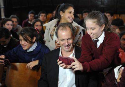 Bordet firmó el contrato para restaurar el Colegio Nacional de Gualeguaychú
