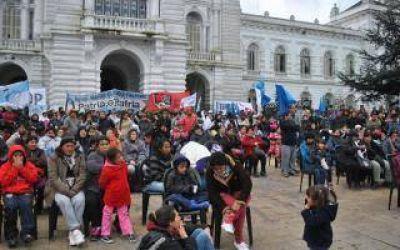 Asamblea p�blica de cooperativistas frente al municipio de La Plata
