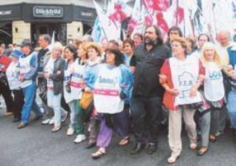 La CGT demuestra el poder de movilización y evalúa el primer paro nacional a Macri