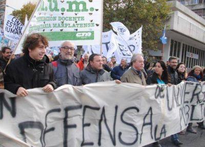 Universitarios con Sergio Mendoza a la cabeza en la marcha marplatense