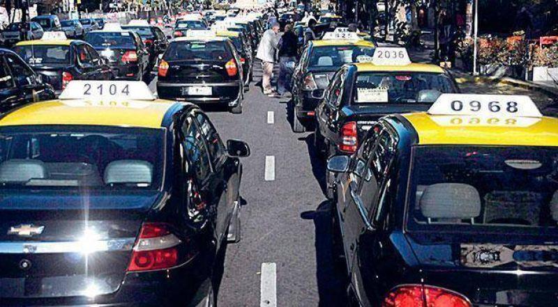 Taxistas analizan medidas tras no abordarse el aumento en la bajada de bandera