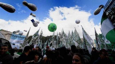 Siguen los cruces entre Nación, el peronismo y los gremios: Triacca dice que Macri