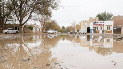 Una pérdida de agua les inundó todo el barrio