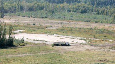 El avance de un loteo tapó un brazo del río Neuquén