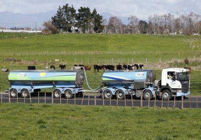Paralizados por la crisis tambera, camioneros regalarán leche