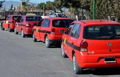 Los taxistas se movilizaron hasta la AMT por el aumento tarifario