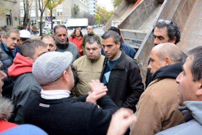 Camioneros protestaron ante la Municipalidad por falta de trabajo