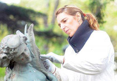 La mujer que salva las esculturas que sobreviven en las plazas