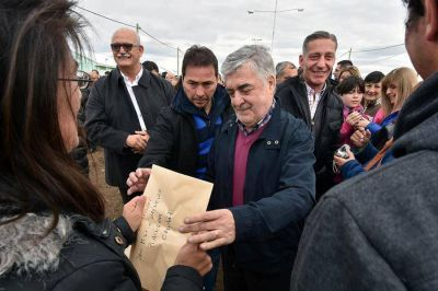 Das Neves anunció la construcción de 50 viviendas para el sindicato petrolero