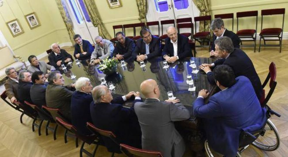 Macri, suave con los sindicatos, evitó repetir que vetará la ley antidespidos