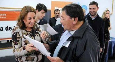 Vivienda pública: entregaron escrituras a 142 familias