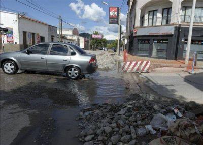 Finalmente, Aguas del Norte y la Municipalidad acordaron quien tapará los baches