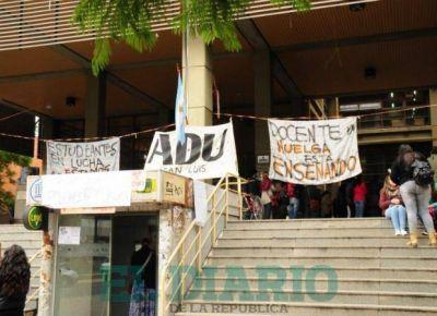 Aniversario y reclamos en la UNSL: docentes tomaron el Rectorado