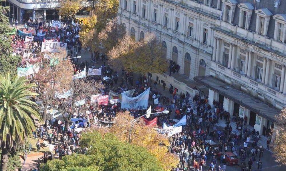 """Masiva demostración de fuerza de los estatales contra """"el ajuste"""" de Vidal"""