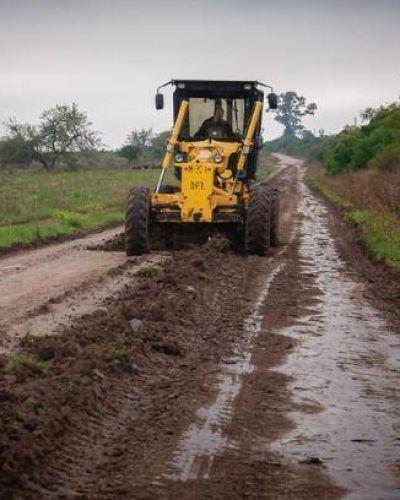Tras los daños ocasionados por las lluvias reparan caminos