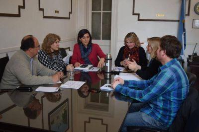 Intendente y funcionarios del municipio con autoridades educativas locales