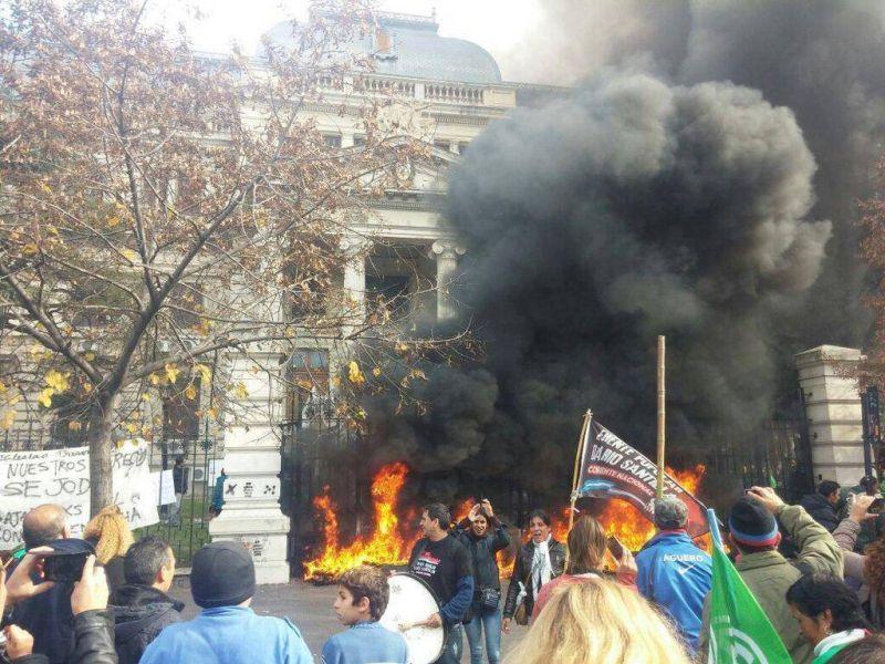 unos 20 gremios unificaron reclamos contra Provincia en una masiva marcha que incluyó incidentes en la Legislatura