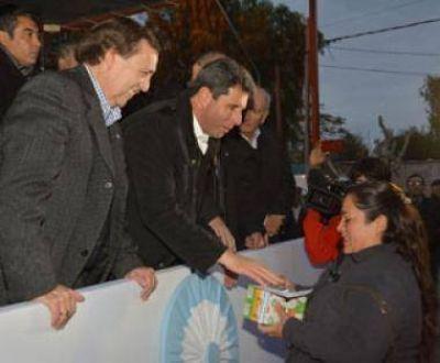 Uñac y Abarca entregaron 54 viviendas en Albardón