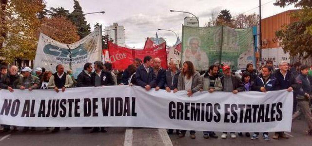 Estatales bonaerenses se movilizaron frente a la Legislatura