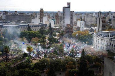 Multitudinaria marcha de estatales contra la flexibilización laboral