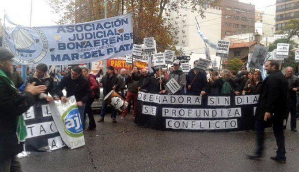 """Judiciales y Soeme se manifestaron ante la gobernadora Vidal en el Hotel """"13 de Julio"""""""