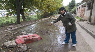 Viven entre residuos y aguas servidas
