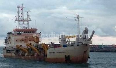 La draga trabaja para mantener la profundidad de Puerto Quequén