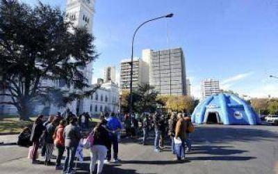 Municipio de La Plata rechaza reincorporar a trabajadora trans y crece la polémica