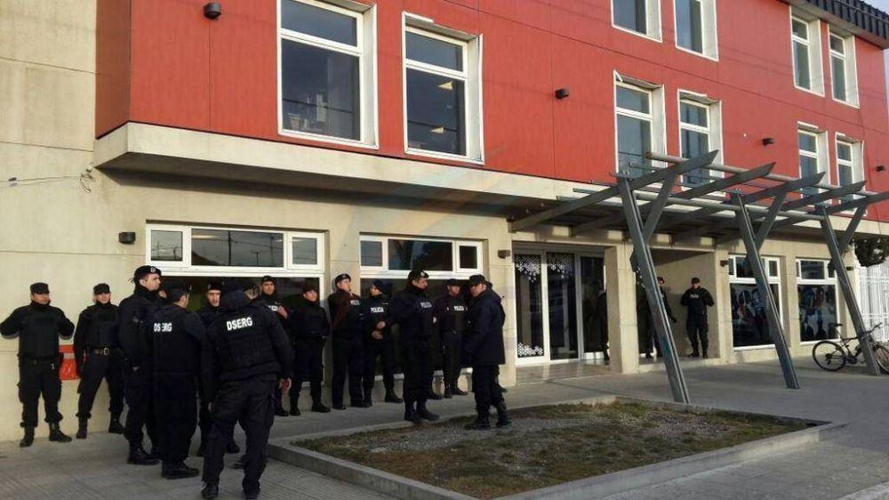 SUTEF abordó nuevamente al Ministro de Educación y se produjeron daños contra un móvil policial