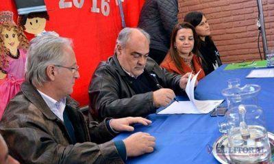 Colombi firmó convenios para dotar de internet a 28 escuelas rurales y enripiar 22 kilómetros