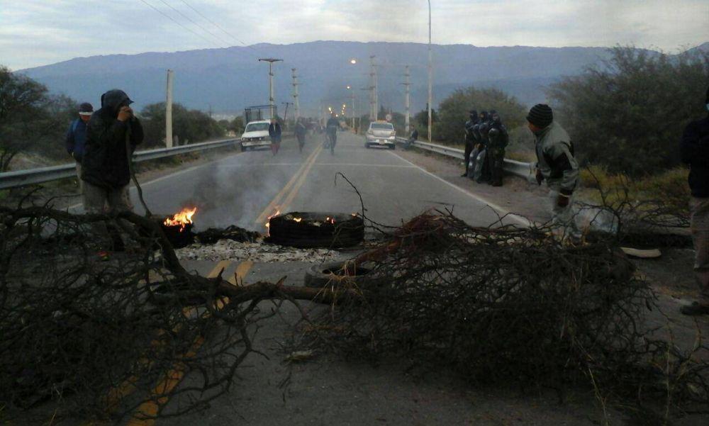 Trabajadores municipales sitiaron el departamento Valle Viejo